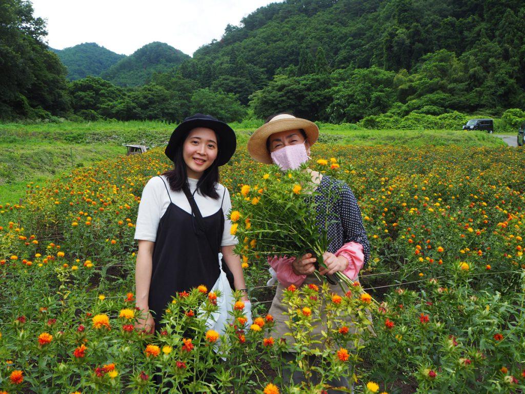 「大山先生と紅花」